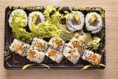 Culinária japonesa: Uramaki saboroso e Futo Maki serviram na tomada Fotografia de Stock