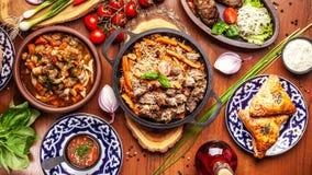 Culinária oriental do Uzbeque tradicional Tabela da família do Uzbeque do diff imagem de stock royalty free