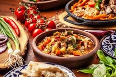 Culinária oriental do Uzbeque tradicional Tabela da família do Uzbeque do diff fotos de stock royalty free