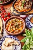 Culinária oriental do Uzbeque tradicional Tabela da família do Uzbeque do diff imagem de stock