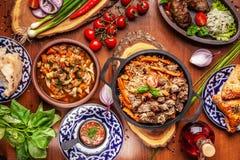 Culinária oriental do Uzbeque tradicional Tabela da família do Uzbeque do diff imagens de stock