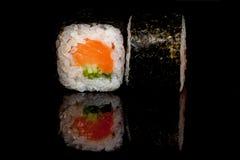 Culinária popular nacional japonesa Sushi, arroz e peixes Saboroso, serviu belamente o alimento em um restaurante, café, com elem imagem de stock royalty free