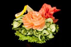 Culinária popular nacional japonesa Sushi, arroz e peixes Saboroso, serviu belamente o alimento em um restaurante, café, com elem imagens de stock royalty free
