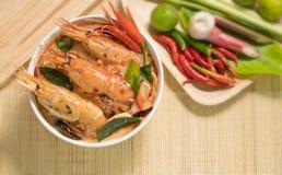 Culinária tailandesa tradicional do alimento da sopa picante de Tom Yum Goong em Tailândia no fundo de vime da esteira, Tom Yum K imagens de stock