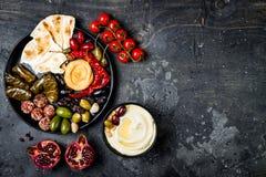 Culinária tradicional árabe A bandeja do Oriente Médio do meze com pão árabe, azeitonas, hummus, encheu o dolma, bolas do queijo  fotos de stock