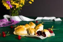 Culinária tradicional do russo: bolos com cerejas ácidas Imagens de Stock Royalty Free