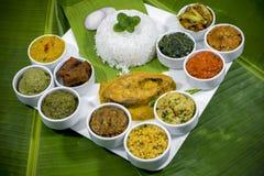A culinária Vorta de Bangla, o vaji, o caril dos peixes e os vegetais surram a bandeja Foto de Stock