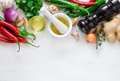 Culinaire achtergrond met het koken van ingrediënten stock foto's