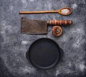 Culinaire achtergrond met kruiden, pan en mes Royalty-vrije Stock Foto