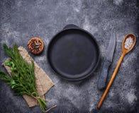Culinaire achtergrond met kruiden, pan en mes Stock Fotografie