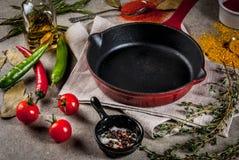 Culinaire achtergrond met lege pan Stock Afbeeldingen