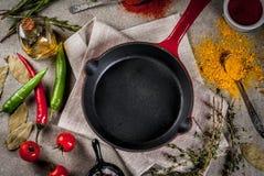 Culinaire achtergrond met lege pan Stock Afbeelding