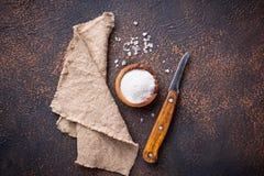 Culinaire achtergrond met zout en mes Stock Foto's