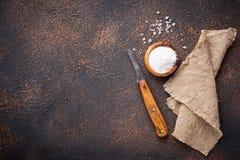 Culinaire achtergrond met zout en mes Stock Fotografie