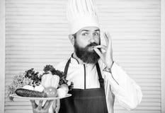 Culinaire keuken vitamine Het gezonde voedsel koken Rijpe hipster met baard Het op dieet zijn natuurvoeding Vegetarische salade m royalty-vrije stock foto's
