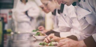 Culinaire klasse die in keuken salades maken stock foto's