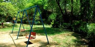 Culla del parco nell'ambiente verdastro immagine stock libera da diritti