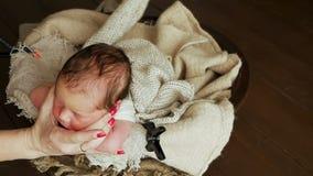 Culla della neonata nel letto archivi video