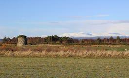 Culloden停泊与冬天山和石标 免版税库存照片