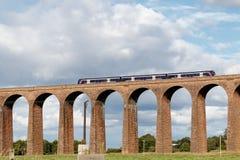 CULLODEN, INVERNESS/SCOTLAND - 8月28日:通过在古芝的火车 免版税库存照片