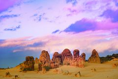 Culmini, uguaglianti cielo, l'Australia ad ovest, parco di Nambung del culmine Fotografia Stock