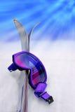 Óculos de proteção & esquis roxos do esqui Fotografia de Stock Royalty Free