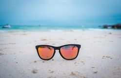 ?culos de sol alaranjados em uma areia na praia imagens de stock