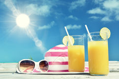 Óculos de sol, chapéu e suco Fotografia de Stock
