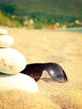 Óculos de sol em um Sandy Beach Imagens de Stock
