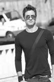 Óculos de sol frescos do t-shirt da planície do modelo de forma Fotos de Stock Royalty Free