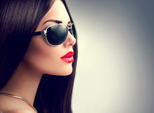 Óculos de sol vestindo da menina modelo da beleza Fotografia de Stock Royalty Free