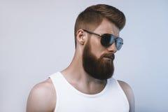 Óculos de sol vestindo do homem farpado Imagens de Stock Royalty Free