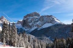 Culot Pordoi et x28 ; dans le Sella Group& x29 ; avec la neige dans les dolomites italiennes Photographie stock