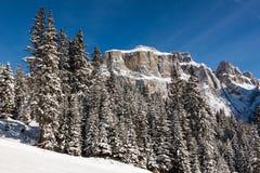 Culot Pordoi et x28 ; dans le Sella Group& x29 ; avec la neige dans les dolomites italiennes Photo stock