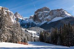 Culot Pordoi et x28 ; dans le Sella Group& x29 ; avec la neige dans les dolomites italiennes Image stock
