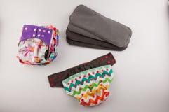 Culottes de tissu de bébé et insertions de couche-culotte sur le fond blanc Image libre de droits