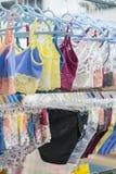 Culottes du ` s de femmes sur le cintre dans le magasin Lingerie dans le magasin Nouvelle lingerie de dentelle Photo verticale images stock