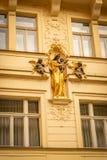 Culpture religioso davanti ad un vecchio edificio di Praga immagine stock