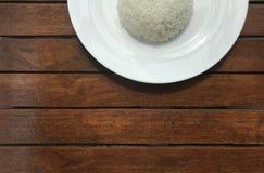 Cultivé dans un demi tir de riz thaïlandais simple du plat blanc Image libre de droits