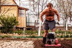 Cultivador da gasolina na ação no lote de cultivo Imagens de Stock Royalty Free
