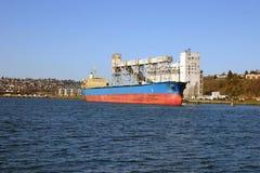 Cultivador da grão e um navio Fotografia de Stock