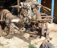 Cultivador idoso e oxidado abandonado em uma garagem do stora da exploração agrícola Foto de Stock Royalty Free