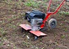 Cultivador na horta ploughed Foto de Stock