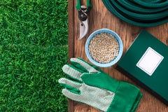 Cultivant et outils de jardinage Photo stock