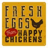Cultive el cartel fresco de los huevos en fondo oxidado del metal del vintage amarillo con el pollo Estilo retro de la tipografía Imagen de archivo