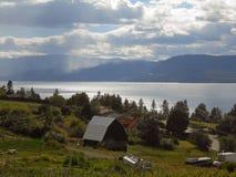 Cultive el paisaje vivo con la opinión espectacular sobre un lago Fotos de archivo