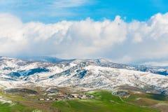 Cultive en montañas llanas, nevosas verdes en el fondo Imagen de archivo libre de regalías