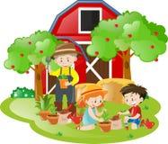Cultive la escena con los niños y el granjero que plantan árboles Foto de archivo
