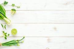 Cultive las verduras verdes en un fondo de madera blanco Fotos de archivo libres de regalías