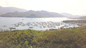 Cultive para los pescados y los mariscos crecientes en agua de mar en paisaje de la antena de la colina verde Opinión del abejón  metrajes